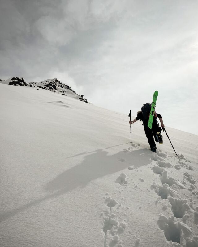 Its pouring rain outside 🌧 and I'm day dreaming of winter and snowy days out ski touring with friends. I try to look through these photos to keep me motivated to train for upcoming winter. Here you see my friend rakelsnorra boot pack up towards Syðri-Hestsskarðshnjúkur. Beautiful day with good friends, this is what it's all about, happy days 🤩